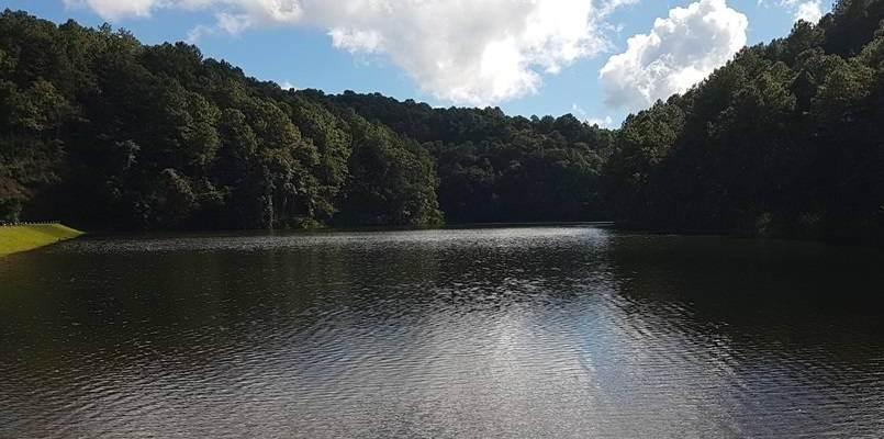 Lago de la localidad de Ban Ruam Tai en Mae Hong Son