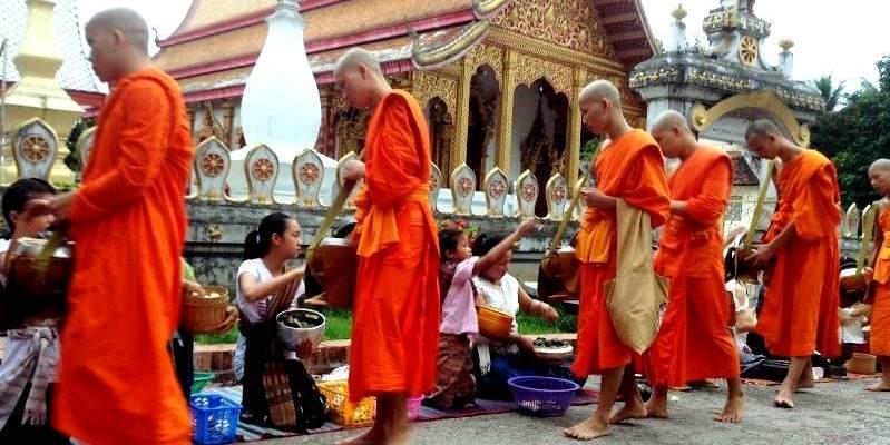 Ofrendas a los monjes budistas