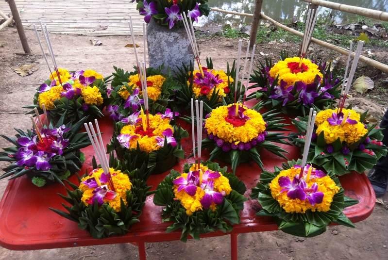 Ofrendas de flores en el Festival de Loy Krathong