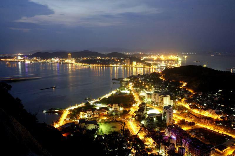 Bahia de Halong por la noche