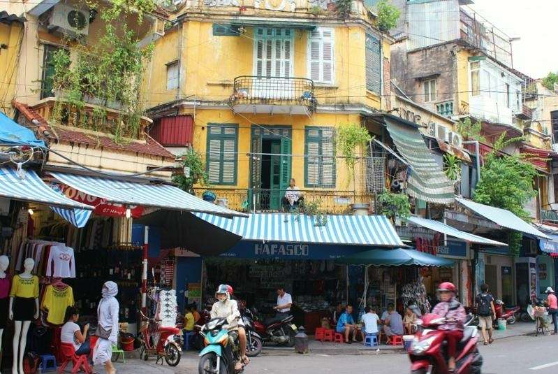 Comer en el barrio antiguo de Hanoi