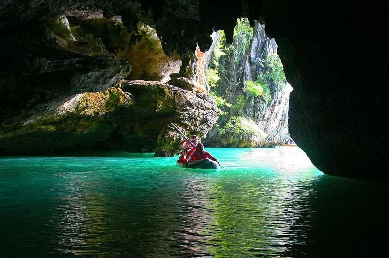 Canoeing en la bahía de Phang Na